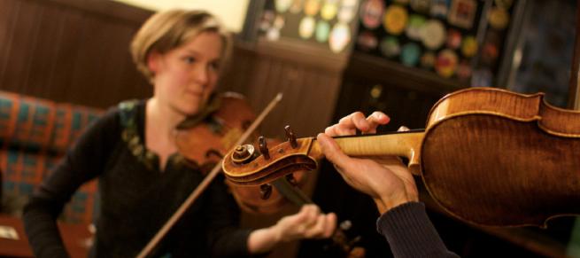 Aira Maria Lehtipuu ja Krishna Nagaraja soittivat joulukuussa Perinnearkun jameissa pohjoismaisia polskia.
